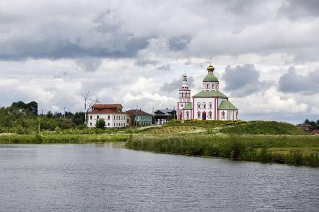 La entrada de la iglesia de Jerusalén y Pyatnitskaya