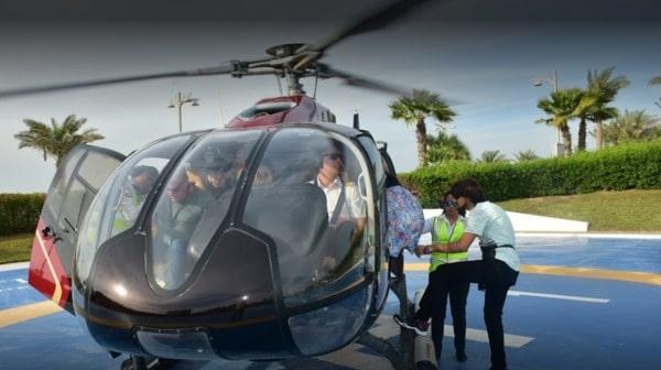 Turistas suben al helicoptero