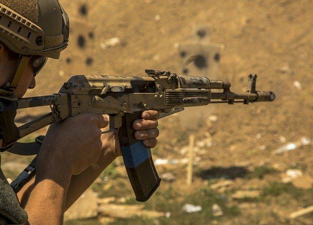 Dispare un rifle Kalashnikov