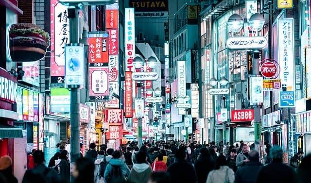 Calle peatonal en el Tour nocturno de Tokio