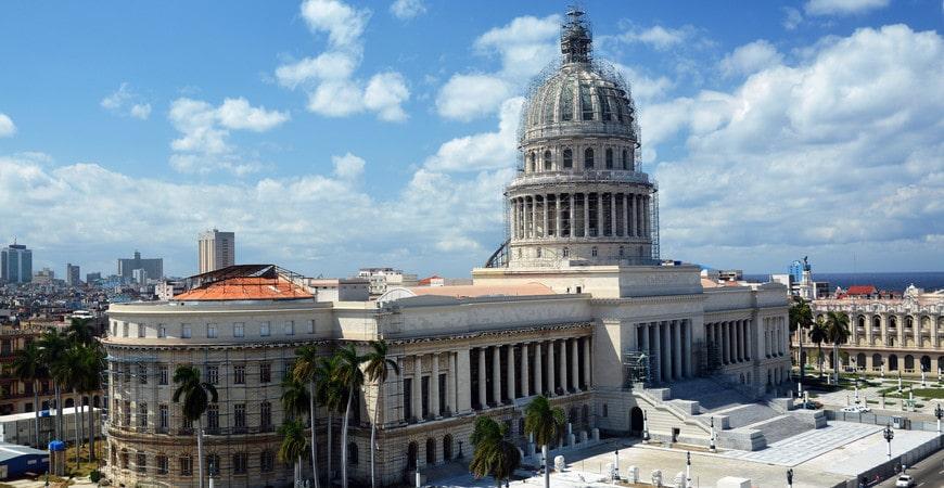 En un momento en los países de América Latina hubo una ola de construcción de enormes edificios gubernamentales, análogos del Capitolio en Washington. En el caso de La Habana, incluso fue posible superar al original, al menos en términos de tamaño: la versión estadounidense era 1 metro más baja. Hoy, el Capitolio es una de las estructuras más reconocidas en la isla de la libertad: Cuba.