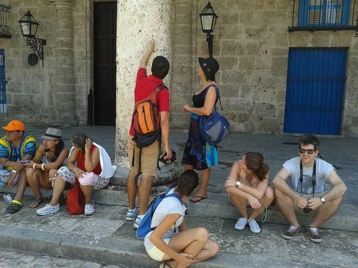 Turistas descansando